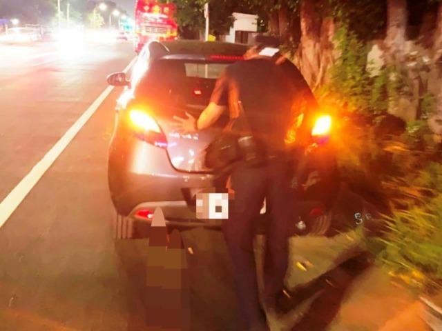 車輛拋錨卡路口 八掌警及時援助